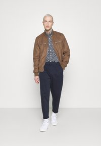 Redefined Rebel - LEE CROPPED PANTS - Pantaloni - navy blazer - 1