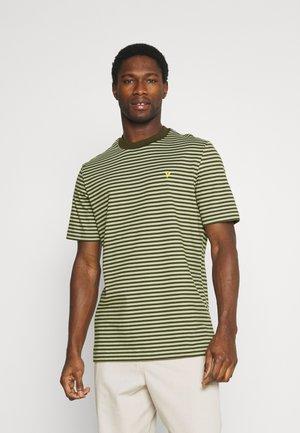 ARCHIVE STRIPE - Print T-shirt - moss