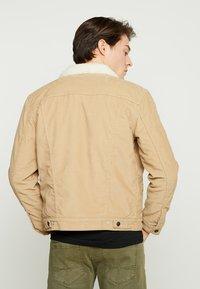 Levi's® - TYPE 3 SHERPA TRUCKER - Denim jacket - beige - 2