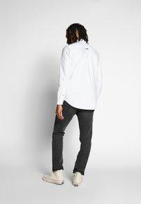 Tommy Jeans - OXFORD BADGE  - Koszula - white - 2