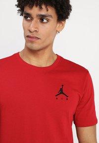 Jordan - JUMPMAN AIR TEE - Jednoduché triko - gym red/black - 4