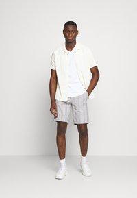 Burton Menswear London - SMART CHECK - Shorts - grey - 1