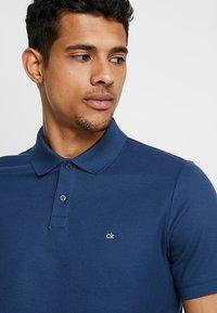 Calvin Klein - REFINED LOGO SLIM FIT - Polo shirt - blue - 4
