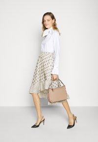 Coach - SOFT SHAY CROSSBODY - Handbag - taupe - 0