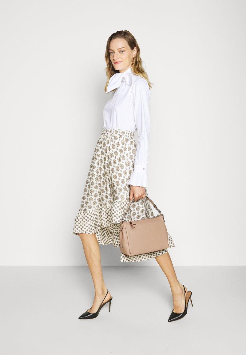 Coach - SOFT SHAY CROSSBODY - Handbag - taupe