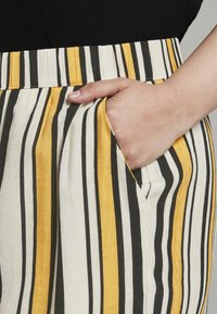 MY TRUE ME TOM TAILOR - CULOTTE CRINKLE LOOK - Trousers - black yellow stripe - 4