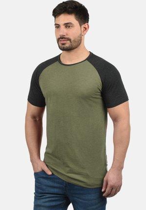 RUNDHALSSHIRT BASTIAN - T-shirt con stampa - ivy green
