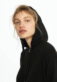 OYSHO - KAPUZENJACKE AUS WEICHEM STOFF 31791222 - Zip-up hoodie - black - 4