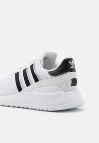 adidas Originals - LA TRAINER LITE UNISEX - Trainers - footwear white/core black - 5