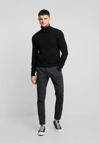 Jack & Jones - JJEEMIL ROLL NECK - Strickpullover - black - 1