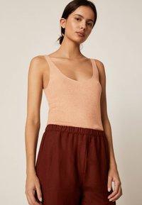 OYSHO - Spodnie materiałowe - brown - 3