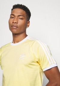 adidas Originals - 3 STRIPES TEE UNISEX - Print T-shirt - yellow - 3