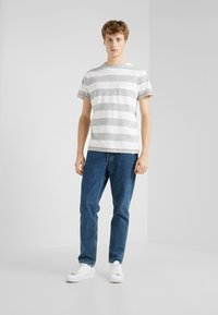 HKT by Hackett - BLOCK TEE - Triko s potiskem - white/grey - 1