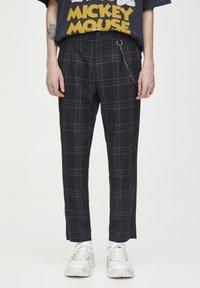 PULL&BEAR - DUNKELGRAUE KARIERTE HOSE, ENG GESCHNITTEN 05670526 - Kalhoty - black - 0
