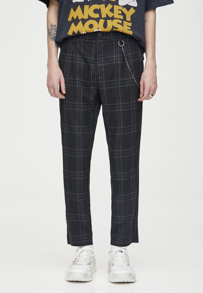 PULL&BEAR - DUNKELGRAUE KARIERTE HOSE, ENG GESCHNITTEN 05670526 - Kalhoty - black