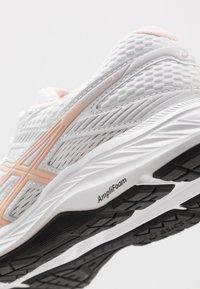 ASICS - GEL-CONTEND - Chaussures de running neutres - white/breeze - 5