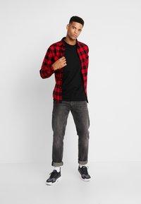 Urban Classics - CHECKED - Shirt - black/red - 1