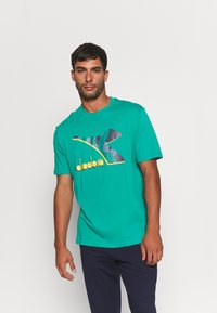 Diadora - SHIELD - T-shirt med print - green shadow - 0