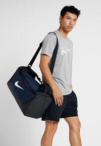 Nike Performance - DUFF 9.0 - Sporttasche - midnight navy/black/white - 5