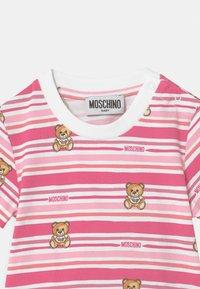 MOSCHINO - Printtipaita - pink - 2