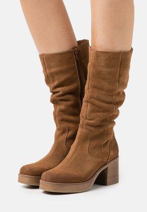 NAIRA - Platform boots - afelpado avellana