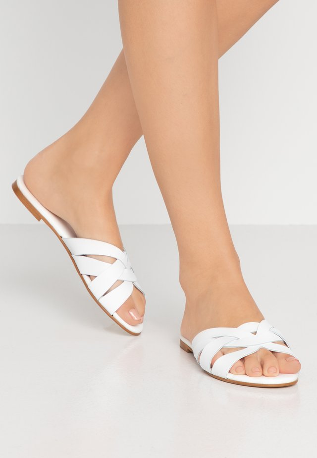 SAFFRON WIDE FIT - Sandalias planas - white