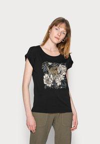 Cream - FREDRIKKA - Print T-shirt - pitch black - 0