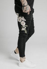 SIKSILK - DROP CROTCH PLEATED APPLIQUÉ - Slim fit jeans - black - 4