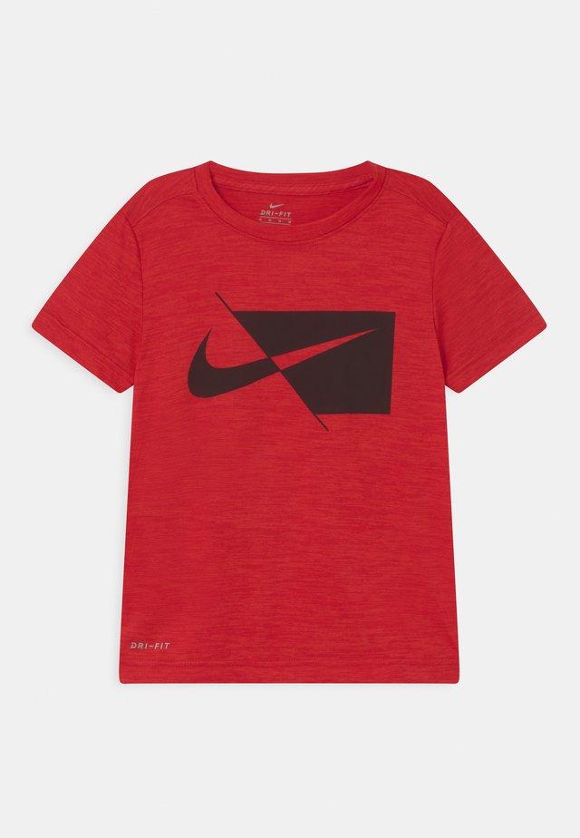 PERFORMANCE UNISEX - Print T-shirt - university red heather