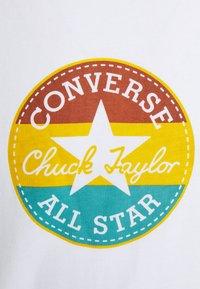 Converse - STRIPED CENTER FRONT CHUCK PATCH SHORT SLEEVE TEE - Camiseta estampada - white - 2