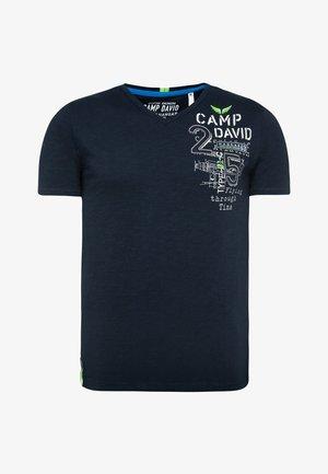 MIT RÜCKEN-ARTWORK - Print T-shirt - blue navy