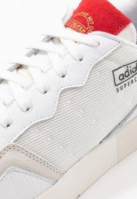 adidas Originals - SUPERCOURT - Trainers - footwear white/scarlet - 5