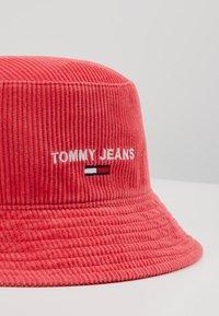 Tommy Jeans - TJW SPORT BUCKET CORDUROY - Beanie - red - 4