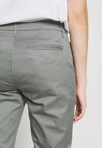 CLOSED - JACK - Chino kalhoty - dusty pine - 3