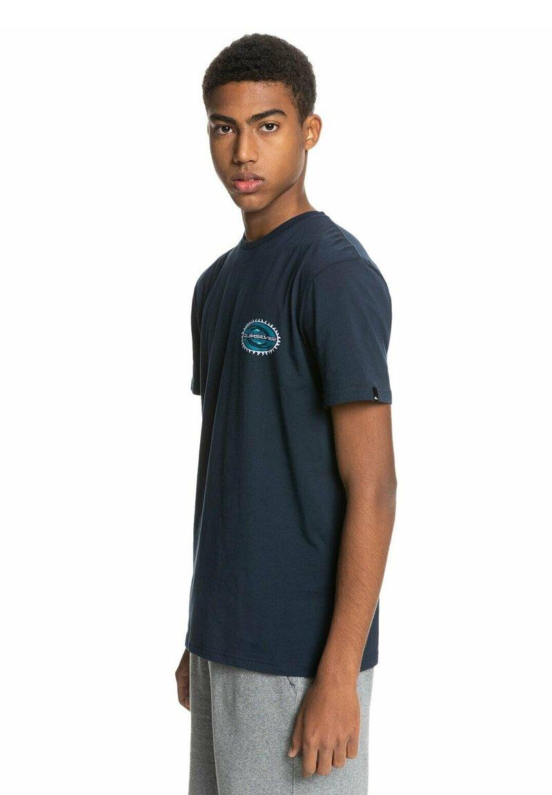 Quiksilver - ISLE OF STOKE - Print T-shirt - navy blazer
