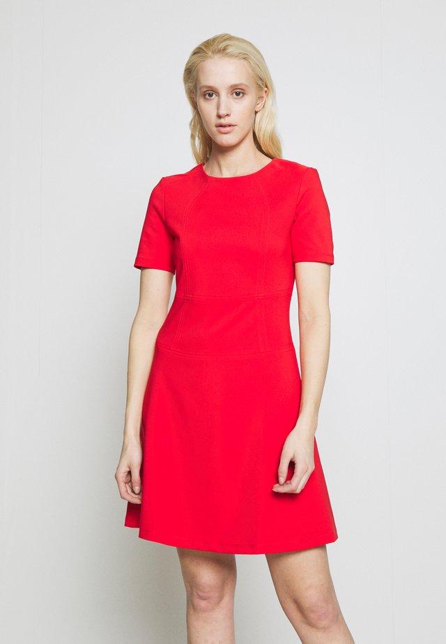 NAREI - Žerzejové šaty - red