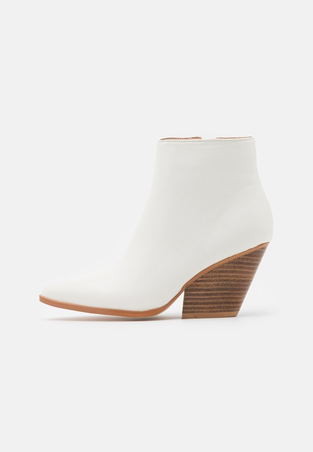 WESTERN HEEL POINTY - Ankle boots - offwhite