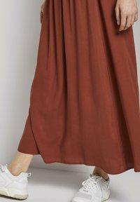 TOM TAILOR DENIM - MIT ELASTISCHEM BUND - Pleated skirt - rust orange - 3