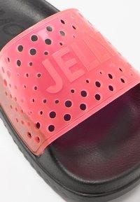 LEMON JELLY - EVIE - Sandály do bazénu - black/neon pink - 2