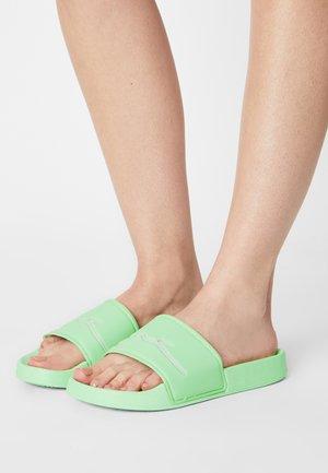 SIGNATURE POOL SLIDE - Mules - green
