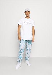 Mennace - CLUB TENNIS COURT UNISEX - Print T-shirt - white - 1