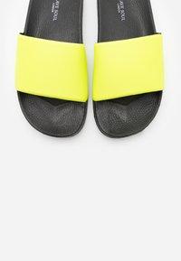 Brave Soul - CAIRO - Mules - neon yellow - 4