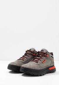 Timberland - FIELD TREKKER - Sneakersy niskie - medium grey - 2