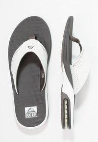 Reef - Sandály s odděleným palcem - grey/white - 1