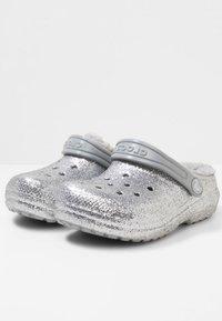 Crocs - CLASSIC GLITTER LINED  - Drewniaki i Chodaki - silver - 2