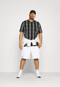 Calvin Klein - VERTICAL LOGO STRIPE - T-shirt med print - black - 1