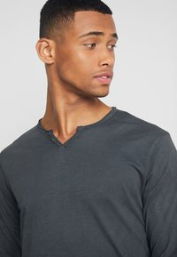 Shine Original - DYED AND WASHED OUT TEE - Langarmshirt - dusty black - 4