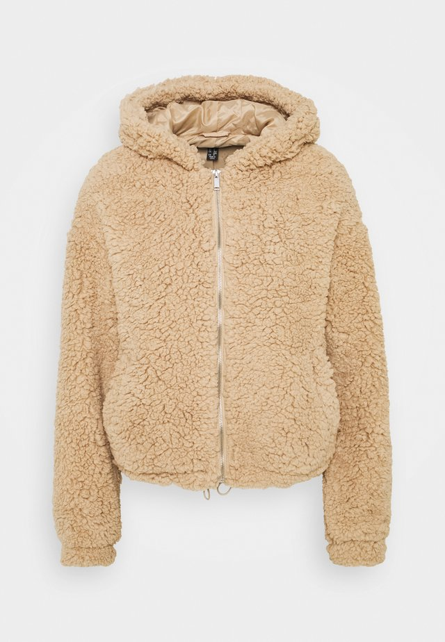CLEO HOODED BORG SHORT BORG - Giacca invernale - camel