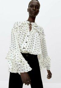 Uterqüe - MIT LAMÉFÄDEN - Button-down blouse - beige - 0