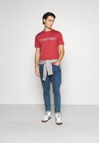 Calvin Klein - FRONT LOGO - T-shirt imprimé - red - 1